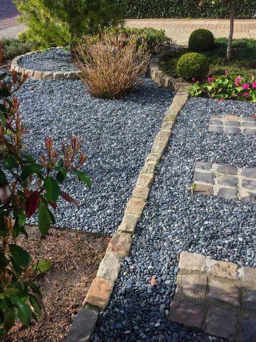 Beach pebbles zwart 16 - 25mm aangelegd tuin