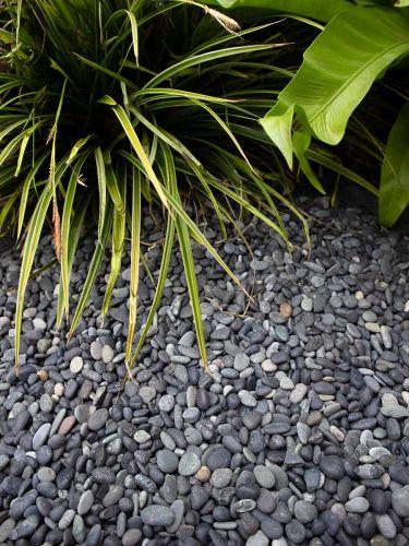 Beach pebbles zwart 5 - 8mm aangelegd