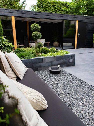 Beach pebbles zwart 8 - 16mm aangelegde tuin