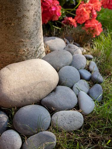 Beach pebbles zwart 30 - 80mm (3 - 8cm) aangelegd