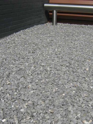 Doornikse kalksteen split 14 - 20mm in siertuin aangelegd
