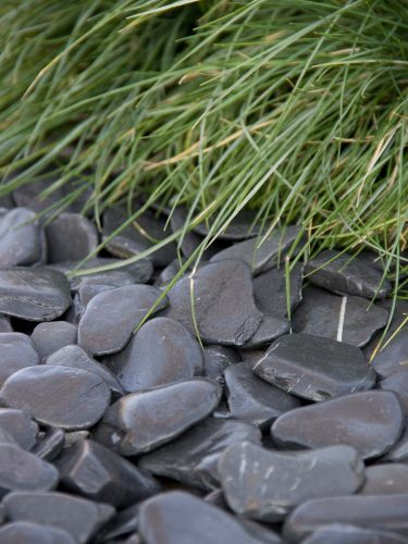 Flat Pebbles zwart 30 - 60mm (3 - 6cm) aangelegd