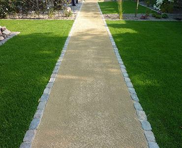 Een tuinpad aanleggen met grind of dolomiet