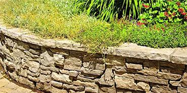 Aangelegde lage muur met muurstenen