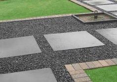 Tuinpad met Basalt split en tegels