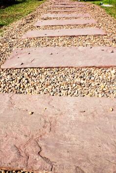 Tuinpad met staptegels en grind