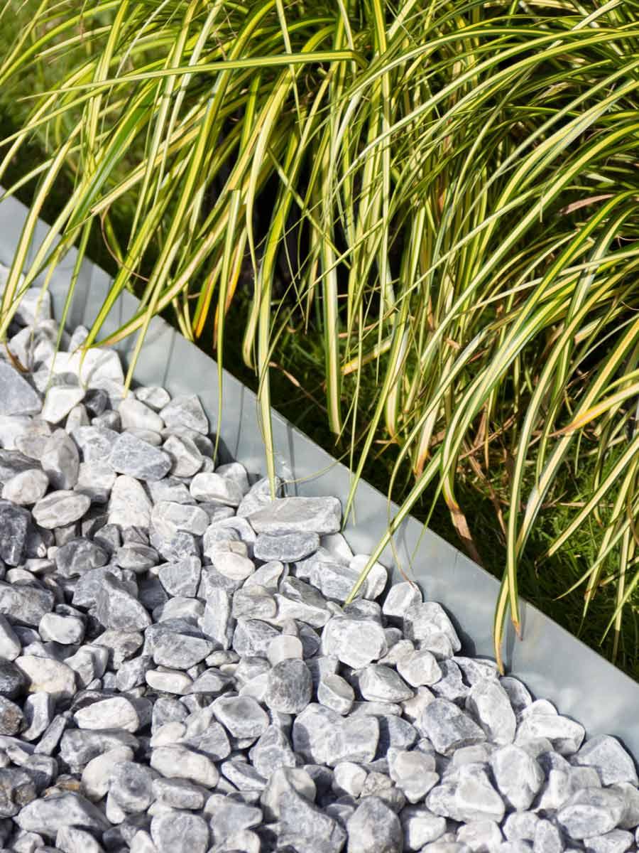 kantopsluiting aangelegd met ice blue grind